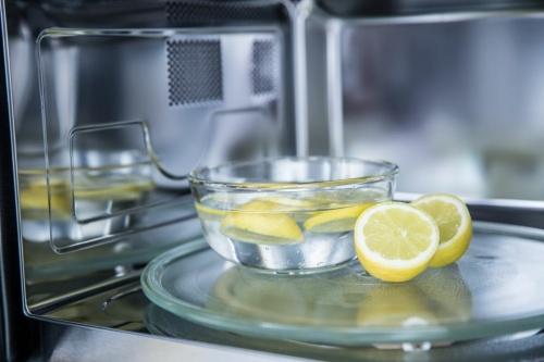 С помощью лимонной кислоты или сока лимона