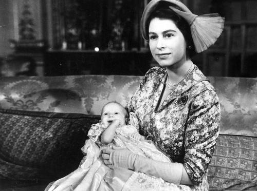 Елизавета с принцессой Анной в день ее крестин