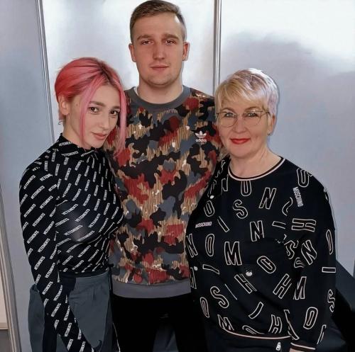 Настя с мамой и братом
