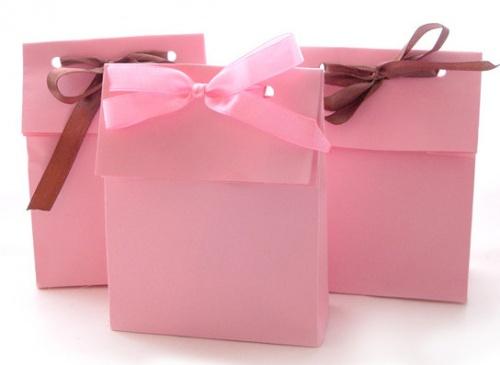 подарок в бумажной упаковке