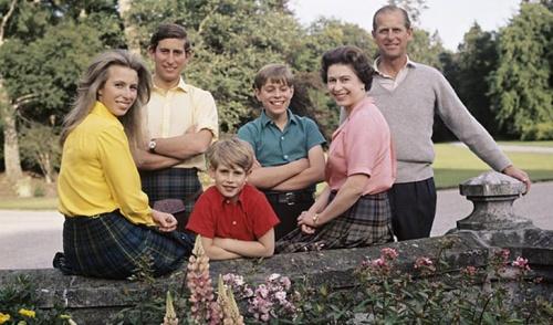 королева, принц Филипп и четверо их детей
