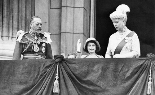 Георг 5 и королева Мария с внучкой Елизаветой