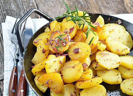 жарить картошку