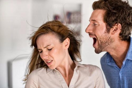 Мужчина кричит на женщину