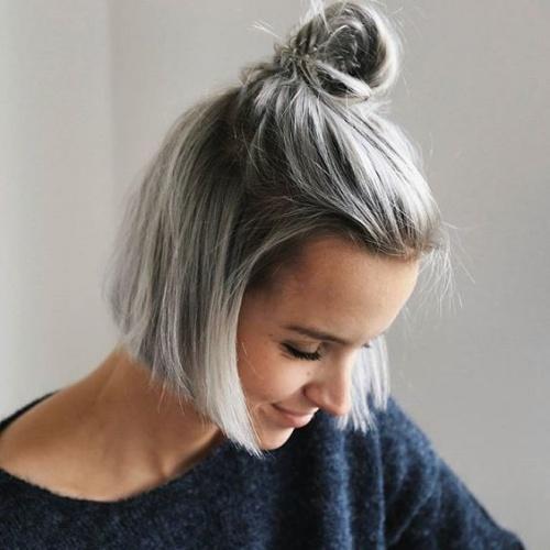 Седые волосы на девушке