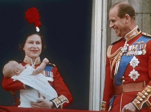 королева и ее супруг с младшим сыном Эдвардом