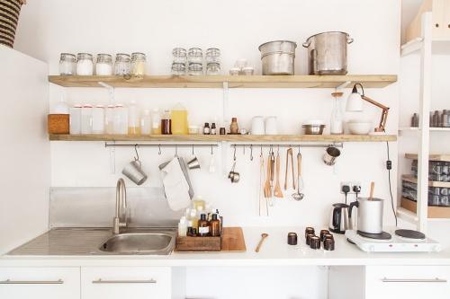разобрать кухонные полки