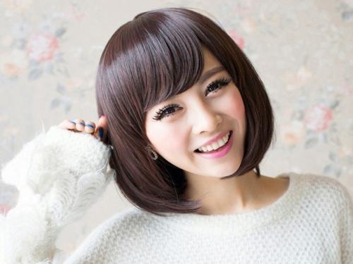 Девушка с корейской челкой