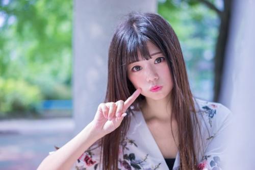 Девушка с корейской челкой.