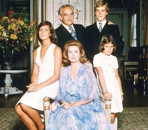 Княжеская семья Монако: Князь Ренье III, Грейс и их дети Каролина, Альберто и Стефания