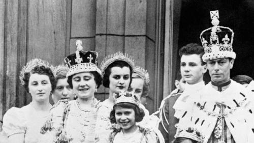 юная Елизавета с отцом и матерью