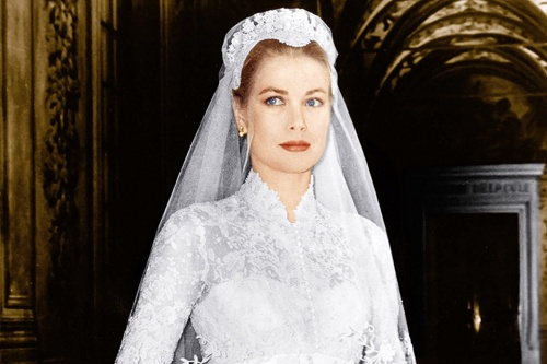 Свадебное платье шили на студии MGM, где снималась Грейс  и оно стоило 300 тысяч долларов.